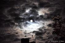 Der Mond scheint durch die Wolkendecke by shark24