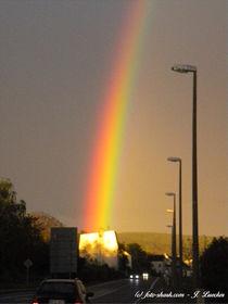 Regenbogen endet auf einem Haus von shark24