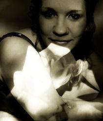 Junge Frau mit Rose - Portrait von chriscolinpix