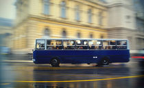 City bus in motion. von marunga