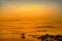 Der Indische Ozean im Abendlicht des Sonnenuntergangs by Gina Koch
