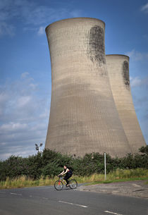Cyclist and Billingham Cooling Towers, Stockton-on-Tees von Robert Brook