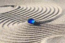 Sand und blaue Glasperle (06) von Karina Baumgart