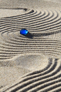 Sand und blaue Glasperle von Karina Baumgart