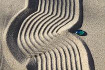 Sand und Glasperle (01) von Karina Baumgart