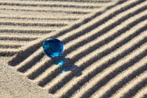 Sand und blaue Glasperle (05) von Karina Baumgart