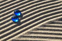 Sand und blaue Glasperle (02) von Karina Baumgart