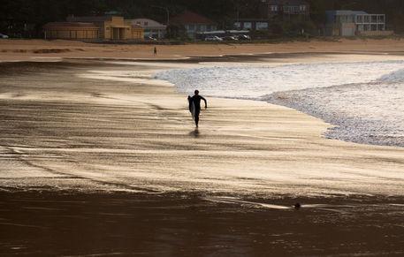 Surfer-walking-on-palmie