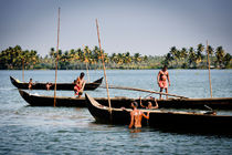 Mussels Pickers in the Kerala Backwaters. von Tom Hanslien