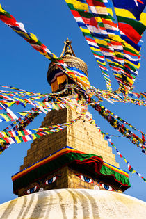 Prayer flags in the wind at the Boudhanath Stupa. von Tom Hanslien