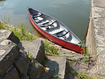 Kleines Boot am Fluss by Eva-Maria Di Bella