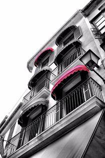 Häuserwand mit markanten Fensterläden by Bastian Altenburg