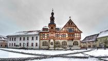 Marktplatz mit historischen Rathaus von Harzgerode im Winter von Daniel Kühne