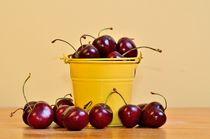 Red Cherries in a yellow bucket von 7horses