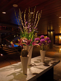 Blumenarrangement im Foyer - Flower arrangement in the foyer by Eva-Maria Di Bella