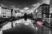 Reflections over Ghent with pink von Rob Hawkins