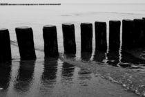 Buhnen am Strand von Warnemünde 2 von Michael Zieschang