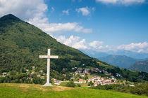 Idyllisches Bergdorf und Kreuz im Tessin Schweiz von Matthias Hauser