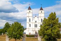 Weiße Kirche in Lettland von Gina Koch