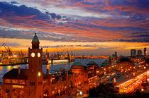 Hamburg - Landungsbrücken bei Sonnenuntergang von topas images