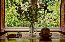 Still-Leben mit Pikdame und Plastikblumen by ullrichg