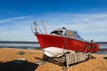 A red boat on Greatstone Beach. by Tom Hanslien