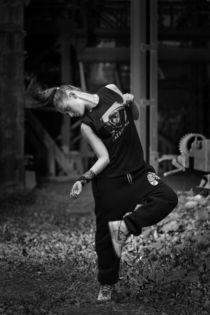 Beautiful girl dancing in black. von Ilya Lokalin