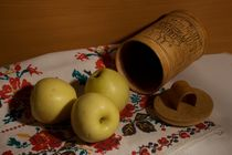 Still life with apples a towel and tuesok von Roman Popov