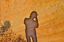 Schattenbild auf gelbem Fels von Martin Pepper