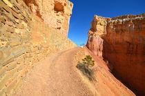 Bryce Canyon 16 Mauer mit hellrosa und braunen Ziegel, neben gewundenem Weg und Felsformation von Martin Pepper