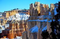 Bryce Canyon 13 Sandsteinschichten mit Schnee und Himmel von Martin Pepper