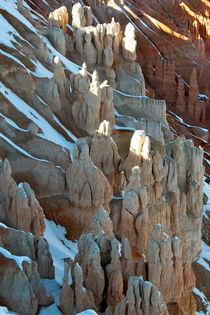 Bryce Canyon 11 Poster hochkant Personengruppe als Felsformation vor Hang mit Schnee  von Martin Pepper