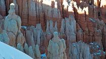 Bryce Canyon 6 sitzende Frau mit Blick auf Gefolge 16:9 von Martin Pepper