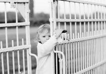 Kind bei Gittertor von Marie  Rambauske