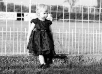 Mädchen vor Zaun von Marie  Rambauske
