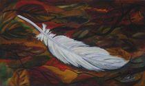 Weiße Feder im Herbstlaub von jefroh