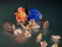 Liegende blaue Vase mit Rosen und Steinen  von Wolfgang Wittpahl