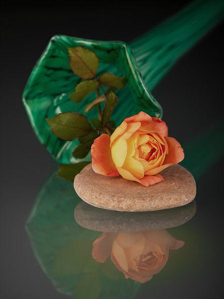 Liegende-gruene-vase-mit-rose-und-steinen-3x4