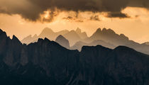 Jagged Dolomites yellow-orange sunset, the Alps von Tom Dempsey