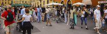 Die Einsamkeit des Gürtelverkäufers in Pisa von Erik Müller