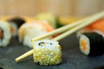 Frisches Sushi auf dem Tisch by Tanja Riedel