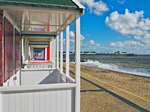 Southwold Pier Through Beach Huts von Bill Simpson