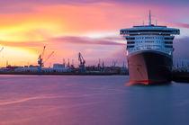 Queen Mary 2 im Sonnenuntergang I von elbvue von elbvue