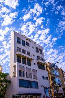New and old buildings against blue sky von slavamalai