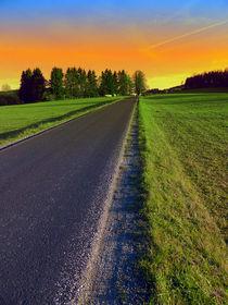 Landstraße im surrealen Sonnenuntergang | Landschaftsfotografie by Patrick Jobst