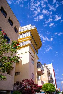 Buildings against cloudy blue sky von slavamalai