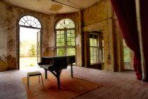 Klavier vor der offenen Tuer by Christian Behring