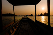 Sunset in a riverboat. von Tom Hanslien