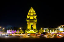 Independence Monument, Phnom Penh. by Tom Hanslien