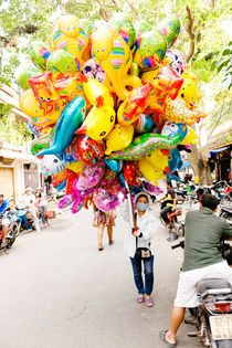 A balloon saleswoman at Hoi An Market. von Tom Hanslien